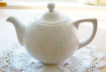Pretty tea pots and tea cups / Love the look of older teapots and cups