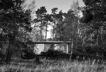 Sommarhus Akenine / Sommarhus i Beddinge Strand vid Skånes sydkust. Byggnaden ligger inkilad i skogsbrynet med utsikt över stranden.   Johan Sundberg Arkitektur. 2014.