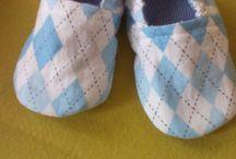 Fofuras de bebês / amostra de sapatinhos de tecidos e acessórios infantis...