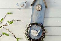Vtáky na drevené doske