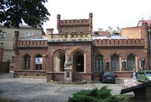 Kraków - Pałac Bractwa Kurkowego / Pałac Bractwa Kurkowego w Krakowie. Budynek zwany Celestatem (strzelnica) wzniesiony w 1837 r. (w ciągu 4 m-cy) według projektu Tomasza Majewskiego. W 1914 r. Celestat zajęła armia Austro-Węgier. Po opuszczeniu posiadłości przez wojsko wynajęto ją YMCA. W 1921 roku Towarzystwo odzyskało Celestat i powróciło do normalnego funkcjonowania. W 1939 roku zajęło go wojsko niemieckie, które w pałacyku zakwaterowało swoich żołnierzy. Obecnie - oddział Muzeum Historycznego Miasta Krakowa.