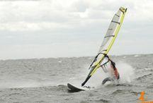 Windsurfing / Jeśli jesteś osobą, która lubi wyzwania i wciąż poszukuje nowych przygód, to z pewnością zainteresuje cię możliwość uprawiania sportu, który dostarcza olbrzymią dawkę adrenaliny! Windsurfing, to połączenie żeglarstwa z surfingiem- ciekawa alternatywa na spędzenie tegorocznych wakacji. Oferujemy kursy i szkolenia na różnym poziomie zaawansowania, również dla najmłodszych, a także kursy instruktorskie. Już dziś dowiedz się, jak ciekawie możesz spędzić to lato!