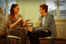 """Kurs PJM A1 i A2 w Kaliszu / Jest mi miło, że nawiązałam współpracę z panią Małgorzatą Wasilewską, CODA (Children Of Deaf Adults – słyszące dziecko niesłyszących rodziców), właścicielką firmy """"GEST"""" w Kaliszu, profesjonalną tłumaczką przysięgłą i aktywną działaczką na rzecz Głuchych.  Pani Małgorzata jest zwolenniczką prowadzenia kursu bądź szkolenia Polskiego Języka Migowego tylko i wyłącznie przez osoby Głuche. Przeprowadzenie kursu PJM w Kaliszu na poziomie A1 i A2 jest dla mojej osoby ogromnym zaszczytem."""