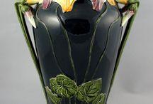 Art MAJOLICA / Victorian Majiolica αναφέρεται σε αγγειοπλαστική με σαφές προβάδισμα το λούστρο.Είναι -φαγεντιανή κεραμική μολύβδου ξεκινα το 19ο αιώνα στη Βρετανία, την Ευρώπη και τις ΗΠΑ με διαμορφωμένες επιφάνειες και πολύχρωμα σαφη υαλοβερνίκια. Δημιουργήθηκε από Mintons Ltd ο οποίος την εμφάνισε στη Μεγάλη Έκθεση του το1851 .