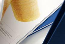 Produktportfolio / Wir haben uns auf hochwertige, unverwechselbare Druckproduktionen und exklusiv veredelte Drucksachen spezialisiert, können aber darüber hinaus zusätzlich ein großes Standardportfolio aufweisen. Auch bei kleinen Aufträgen sind wir mit Einsatzfreude dabei und zeigen ihnen einen sinnvollen und kostengünstigen Produktionsweg.