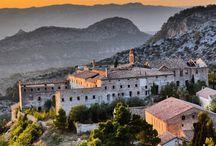 Santuari de Cardó / La serra de Cardó és coneguda arreu de Catalunya per les seues aigües medicinals, però també amaga uns paratges naturals i uns elements patrimonials únics. Hi trobem els boscos d'alzinars més extensos de la comarca i, amb l'alçària, hi apareix el teix, la pinassa i el roure valencià. Tot plegat s'acompanya del conjunt arquitectònic format pel santuari de Cardó i les onze ermites que l'envolten.