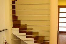 Schody na konstrukcji betonowej / Piękne schody betonowe, za drewnianymi akcentami. Niepowtarzalna aranżacja i nowoczesny design.
