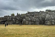 Sacsayhuamán, Santuario Monumental / Es una construcción muy peculiar incaica ubicada a dos kilómetros al norte de la ciudad del Cusco. Por sus muros megalíticos es considerada la mayor obra arquitectónica que realizaron los incas durante su apogeo.