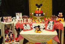 Aniversário com tema do Mickey / Eu queria fazer o aniversário de 1 ano do meu filho Arthur do Mickey. Como gosto de fazer trabalhos manuais, decidi fazer toda a decoração do aniversário, doces, enfeites, comidas, lembrancinhas... Adorei o resultado! rs