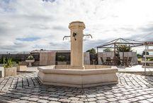 Fontaine centrale de village (jardin) en pierre reconstituée / Grande fontaine centrale de village, en pierre reconstituée de Bourgogne, réplique ancienne. Petite fontaine centrale de village ou jardin, en pierre reconstituée; diamètre de bassin 1,5 m.