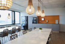 Inspiration / Inspiratie Gebouw Avioport Schiphol / Voor gebouw Avioport was het corporate design één van de belangrijkste aspecten bij de totstandkoming van de nieuwe inrichting van de back office. Deze is verwerkt in de wanden, wall visuals en de bekleding van het zitmeubilair.Bijzonder is keuze voor een drietal types ROHDE & GRAHL bureaustoelen, waarbij elke medewerker zelf zijn of haar stoel kon kiezen.