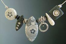 Bijoux: chainnmaille, zipper b., wood b., lace b.,  plastic b. Etc