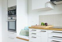Une cuisine lumineuse blanche et bois