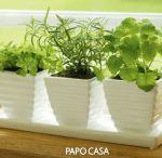 horta de temperos na cozinha / Uma alternativa natural para o paladar, com uma sacada de decór. http://papocasa.com.br/naturalize-com-uma-horta-de-temperos-na-cozinha/