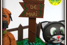 """Fofucha Granjera Mari / Esta fofucha es una alegre """"granjera"""" con algunos de sus múltiples bichitos. Como fiel amante de los animales que es, los que más la quieren no pudieron elegir mejor regalo de cumpleaños. Esperamos que le haya gustado su mini granja!"""