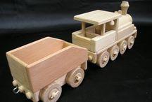 Lokomotiva - dřevěná hračka / Pojízdná dřevěná lokomotiva má odpojitelný vagón na uhlí - uhlák. Velmi masivní a odolná hračka pro děti.Možno přikoupit i další různé přípojné vagóny. (POZOR - možno přikoupit osobní věnování - ručně vybroušené a vypálené na hračce