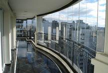 Envidraçamento de Sacada / O sistema de envidraçamento é uma tecnologia inovadora de deslizamento de painéis para aplicações em sacadas, varandas, janelas e divisórias.  A ausência de esquadrias de alumínio entre as folhas de vidro e a capacidade de abertura total são seus principais diferenciais.