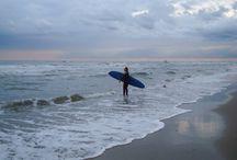 Niederlande/ Bloemendaal an Zee / Fünf Tage Surfcamp fühlen sich an wie 2 Wochen Urlaub. Bei Surfana ging es noch einmal rauf auf´s Brett und rein in die Wellen. Wie gut das in der Nordsee funktioniert und warum zelten so erholsam sein kann, mehr dazu im Landlinien Blog: http://www.landlinien.de/niederlande/surfparadies-surfana/