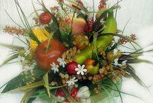 Centros de frutas con flores artificiales
