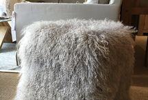 Pièces uniques, peaux et bois / Vous cherchez l'originalité ? Parcourez notre sélection de pièces uniques pour votre maison : peaux de vaches, chèvres, lapins mais aussi des meubles comme des tables en racine de teck... Bienvenue dans un endroit hors du commun à Serre Chevalier !