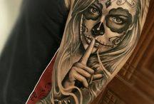 Rosto mulher tatuar com uma rosa azul