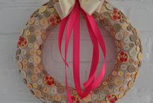 Sprzedany GUZIK BEŻOWY- 129 zł - wieniec / Niebanalny wianek, który swój niezwykły charakter zawdzięcza dekoracyjnym guzikom (ok. 200 sztuk): w kolorach kremu i beżu oraz dodatkowo pięknym drewnianym, zdobionym malowanymi, różowymi kwiatami. Kolorystyczne całość dopełnia intensywny róż wstążki. Niespotykana forma połączona z klasycznymi barwami doskonale sprawdzi się zarówno na klasycznych brązowych drzwiach jak i bardziej nowoczesnych. Doskonały pomysł na prezent. Średnica ok. 33 cm.