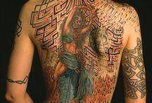 Татуировки на спине.