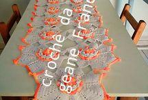 trilho de mesa feito de crochê