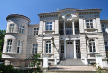 Skrzeszewy - Pałac / Pałac w Skrzeszewie został wybudowany pod koniec XIX wieku dla Grzybowskich. W połowie lat 30 tych należał do Stanisława Grzybowskiego. W roku 1934 pałac przeszedł w posiadanie Kurii Metropolitalnej i został wykorzystany na dom rekolekcyjny i wypoczynkowy dla księży. Po zakończeniu II Wojny Światowej w pałacu ulokowano dom starców zrzeszenia Caritas. W latach 90 tych i jeszcze w roku 2009 w pałacu mieścił się Zakład Opiekuńczo- Leczniczy dla Dorosłych Zgromadzenia Sióstr Rodziny Marii.