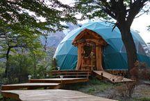 Patagonia Eco Domes / Ubicado en el kilómetro 16 de la Ruta Provincial 23, Patagonia Eco Domes invita a disfrutar de un contacto íntimo con la naturaleza, sin dejar de lado la comodidad y el confort. Este campamento ecológico de lujo cuenta con una vista privilegiada del Cerro Fitz Roy, que se complementa con la cálida ambientación, la exquisita oferta gastronómica y la atención personalizada para satisfacer a los más exigentes viajeros.
