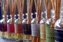 Aromaterapia / Na arte do Feng Shui o uso dos aromas é muito significativo para transmutar e alterar as energias que estão no ambiente.  A Aromaterapia tem o privilegio de levar para dentro de casa um pouco das essências de plantas e flores.