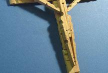 Cruz de gançhos de ropa de madera