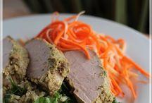 Filet de porc citronnelle et son sauté de quinoa, salade de carottes et panais