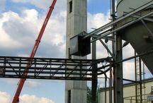 Rozbudowa cementowni w Trzebini / W Trzebini trwa rozbudowa cementowni, w ramach której powstaje zespół silosów na cement wraz z infrastrukturą technologiczną. Nasza firma dostarcza deskowania do budowy szybu windowego o wysokości 36,5 m oraz płyty fundamentowej wraz z zagłębieniami technologicznymi, której długość wynosi blisko 45 m, szerokość dochodzi do 19 m a grubość wynosi 1,5 m.