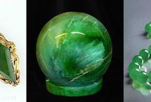 Piedra Jade: Ejemplo De Excelentes Cualidades / La piedra jade es un mineral similar a la nefritis, pero el jade tiene diferente color y composición; silicato de sodio y aluminio. En la antigüedad la gente creía que la piedra jade tuvo un impacto en el color, afectado sus cambios. Visita nuestro blog para leer más sobre esta maravillosa piedra: https://tendenciasjoyeria.com/piedra-jade/