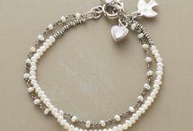 Braccialetti, collane, anelli e orecchini