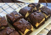 brownis de chocolate y crema de queso .