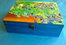 """JOYERO """"Los Lirios"""" de Van Gogh / Hace dos semanas fue el cumpleaños de la madre de Patricia, 70 años. Quería un regalo especial, diferente porque la ocasión lo merecía, sabía que el joyero decorado con sus flores favoritas seria todo un acierto. Sus nietos le dieron su regalo, se emocionó muchísimo, sobre todo al leer la dedicatoria, palabras que salen desde dentro del corazón y con el dibujo de los Lirios de Van Gogh, o como dice ella """"Els Girablaus"""", con la que quedo encantada y que tantos recuerdos le trae a su memoria."""