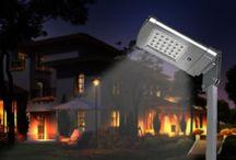 Illuminazione ad energia solare / L'energia solare utilizzata nel campo dell'illuminazione per esterni. Dai classici lampioncini da giardino ai più grandi lampioni per piazzali fino ad arrivare ai faretti di piccole e grandi dimensioni.