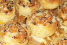 Deluxe Chelsea Buns Recipe / Deluxe spicy Chelsea buns recipe with an apricot jam glaze and lemon drizzle icing. Discover why Chelsea buns are more fashionable that ever in the UK right now. Click through on the pins for full recipe with step by step photos and loads of hints and tips.