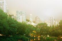 Hong Kong, China / Hong Kong face parte din orașele asiatice care au cunoscut o dezvoltare arhitecturală impresionantă. Dacă ne uităm la panoramele și fotografiile urbane realizate de Jens Fersterra, vedem imediat că Hong Kong este un oraș impresionant pe timp de zi, dar și mai spectaculos pe timp de noapte.