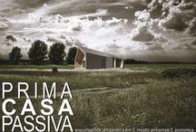 Prima Casa Passiva / Casa priva di riscaldamento Prima Casa Passiva è il concept di una casa in legno passiva al costo di 1.000,00 € al MQ.  www.primacasapassiva.com info@estudoquarto.com