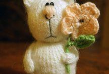 Коты, вязаные игрушки, украшения (cats, knitted toys, jewelry) / Вязаные коты, а по совместительству и украшения (броши) сделанные своими руками. Никого не оставят равнодушными :)