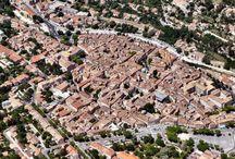 Apt en Provence / Apt est une commune qui fait partie du Vaucluse, en Provence. Située entre le Massif du Luberon et les Monts de Vaucluse c'est une ville connue pour ses marchés et ses fruits confits!