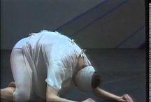 Giselle en el mundo contemporáneo / Giselle es una famosa obra de ballet estrenada en 1841, donde el ideal del mundo se presenta desde lo onírico, lo mágico, la naturaleza. Giselle sufre una pena de desamor por estar enamorada de un hombre que la engañó. Su schock es tan grande que se vuelve un ser del bosque, una willis. En el mundo contemporáneo ante semejante schok emocional ¿dónde iría a parar?, Mats Ek, nos devela el pensamiento moderno y la suerte de Giselle en el siglo XXI