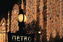 // Noël à Paris / Paris, la ville lumière, encore plus pendant les fêtes. Paris pour une journée? Sortez les appareils, le voyage et la course aux cadeaux de Noël commence ! #Blog - http://bit.ly/2BUMNjr