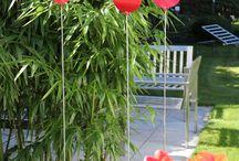 Gartendeko / Die Farbtupfer in Rot wiegen sich auch bei Eis und Schnee gerne im Wind. Umpflanzen erlaubt: Der Edelstahlstab mit pulverbeschichteter Blüte wechselt gerne den Standort.