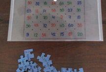 Spelenderwijs leren met een puzzel / Wat heb je nodig: * puzzel * watervaste stiften * liniaal * doorschijnend hoesje. Sommen achterop puzzel, uitkomst op hoesje op de juiste plek!