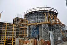 Elektrociepłownia Siekierki w Warszawie / W 2015 roku kocioł opalany miałem węglowym w Elektrociepłowni Siekierki w Warszawie zostanie zastąpiony przez nowoczesną instalację na biomasę, dzięki czemu emisja dwutlenku węgla spadnie o około 228 tys. ton rocznie. W nowym kotle będzie spalane blisko 300 tys. ton biomasy. Całkowity koszt projektu to około 122 mln złotych.