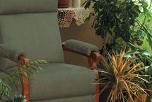 Fauteuil de relaxation manuelle / Les fauteuils de relaxation manuelle vous offre une détente rapide et profonde en position allongée. Que le fauteuil relax soit muni d'un pouf ou d'un repose jambes intégré à l'assise, le fait de surélever vos jambes à l'horizontale facilite votre circulation sanguine et procure une relaxation plus profonde, pour atténuer un effet de jambes lourdes par exemple. Détendez-vous quand vous le souhaitez, chez vous dans votre salon, au bureau ... Pour ensuite être plus en forme !